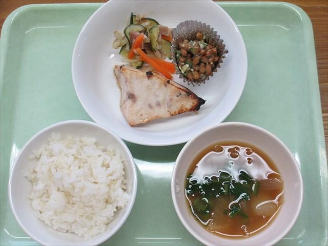 ある日の給食*ごはん、かじきの梅みそ焼き・ベーコンサラダ・オクラ納豆・おふの味噌汁