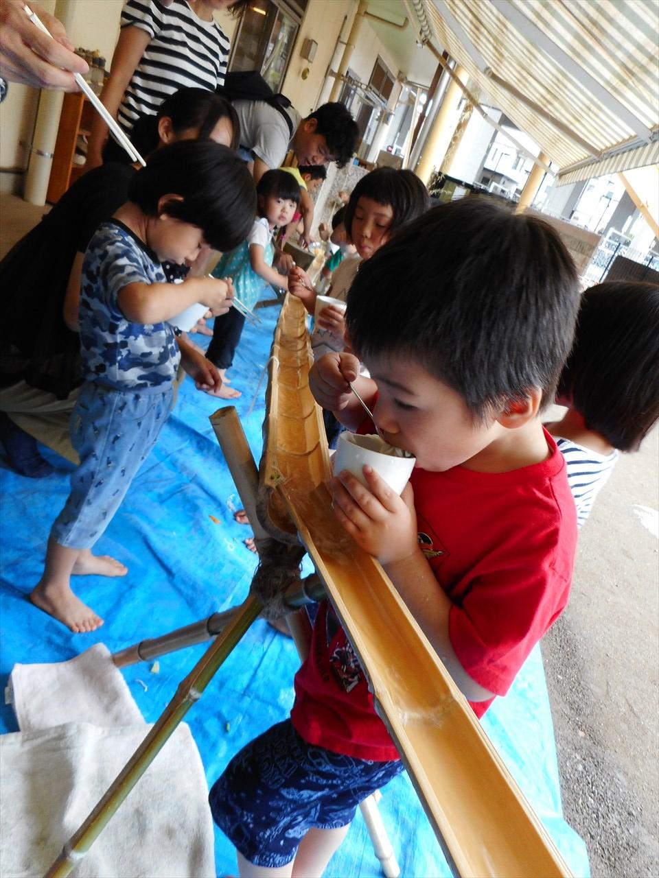 みんな楽しみにしていた、流しソーメン!!今年で6回目の流しソーメンなので、竹の台も職員の知恵と力で見事な仕上がりになりました。