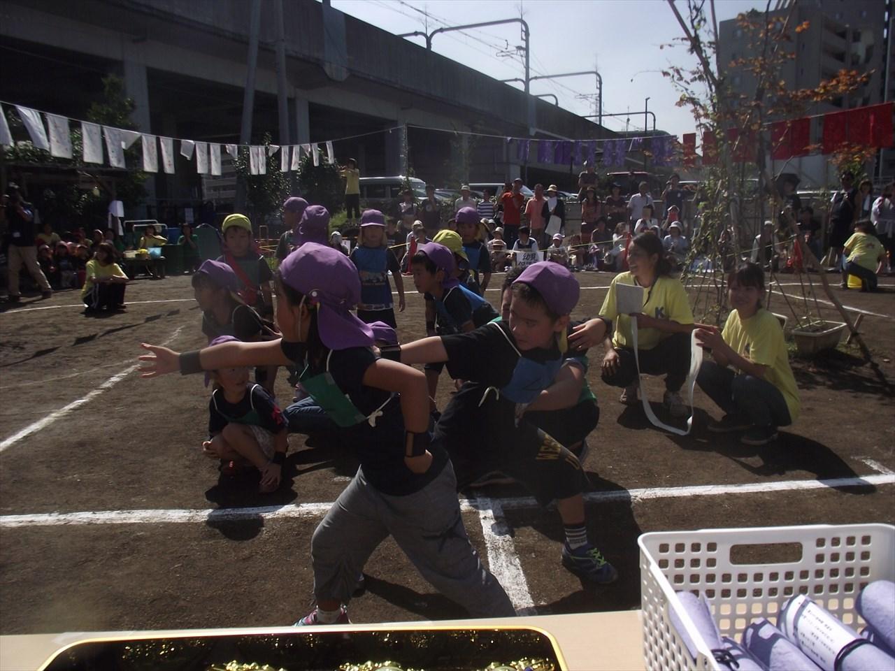 最後の競技はぶどう組さんのリレー。このあと、金メダルを胸に、みんなの笑顔も輝いていました。