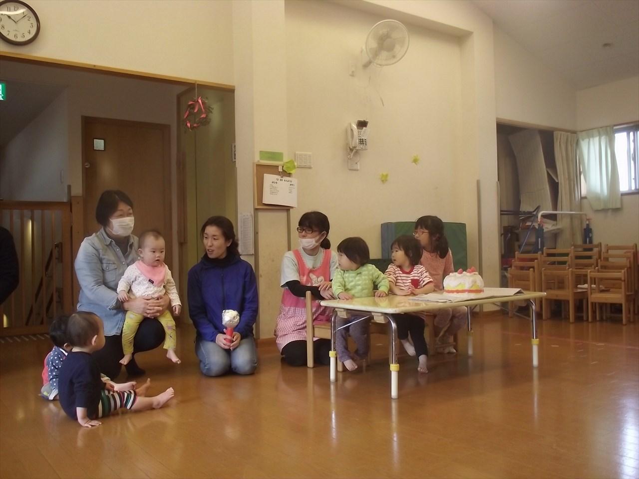 12月生まれのお誕生会。今月は、小さいクラスのお友だちも参加しました。
