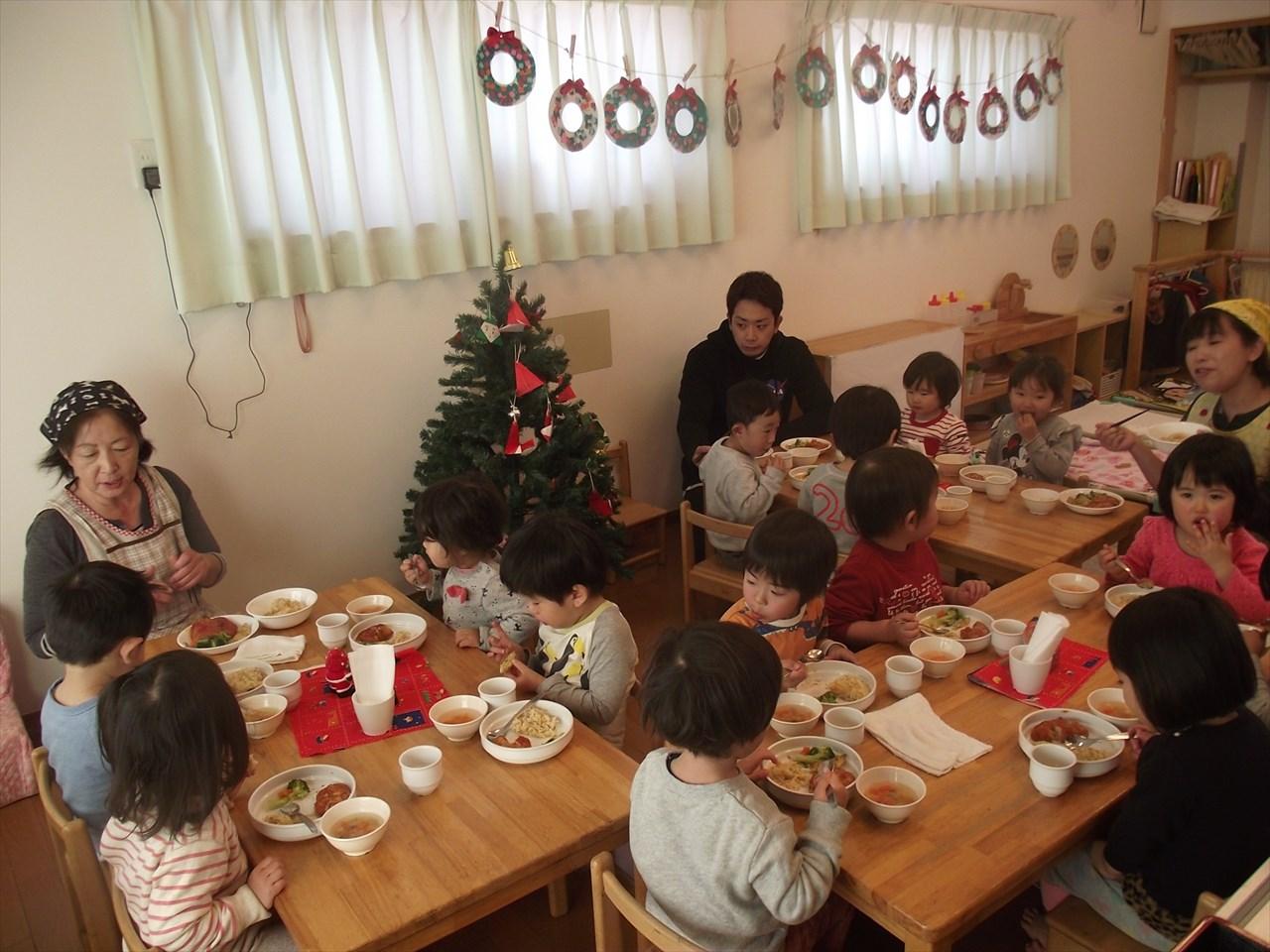 かりん組さんも「パーティーだよー」とクリスマス給食を楽しんでいました。