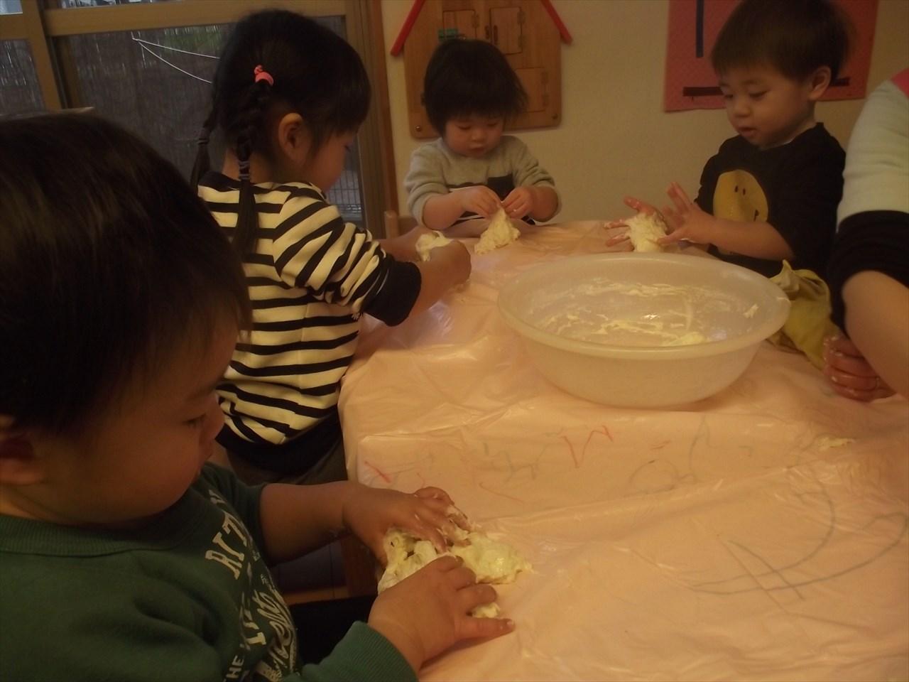 みかん組は小麦粉粘土に挑戦。