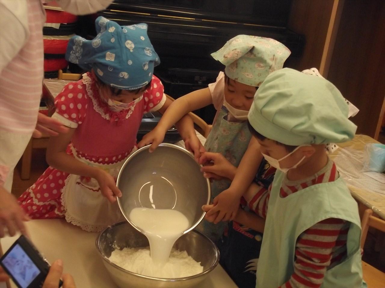 今日はお誕生会だったので、特別にぶどう組が幼児分のおやつのパンケーキ作りに挑戦