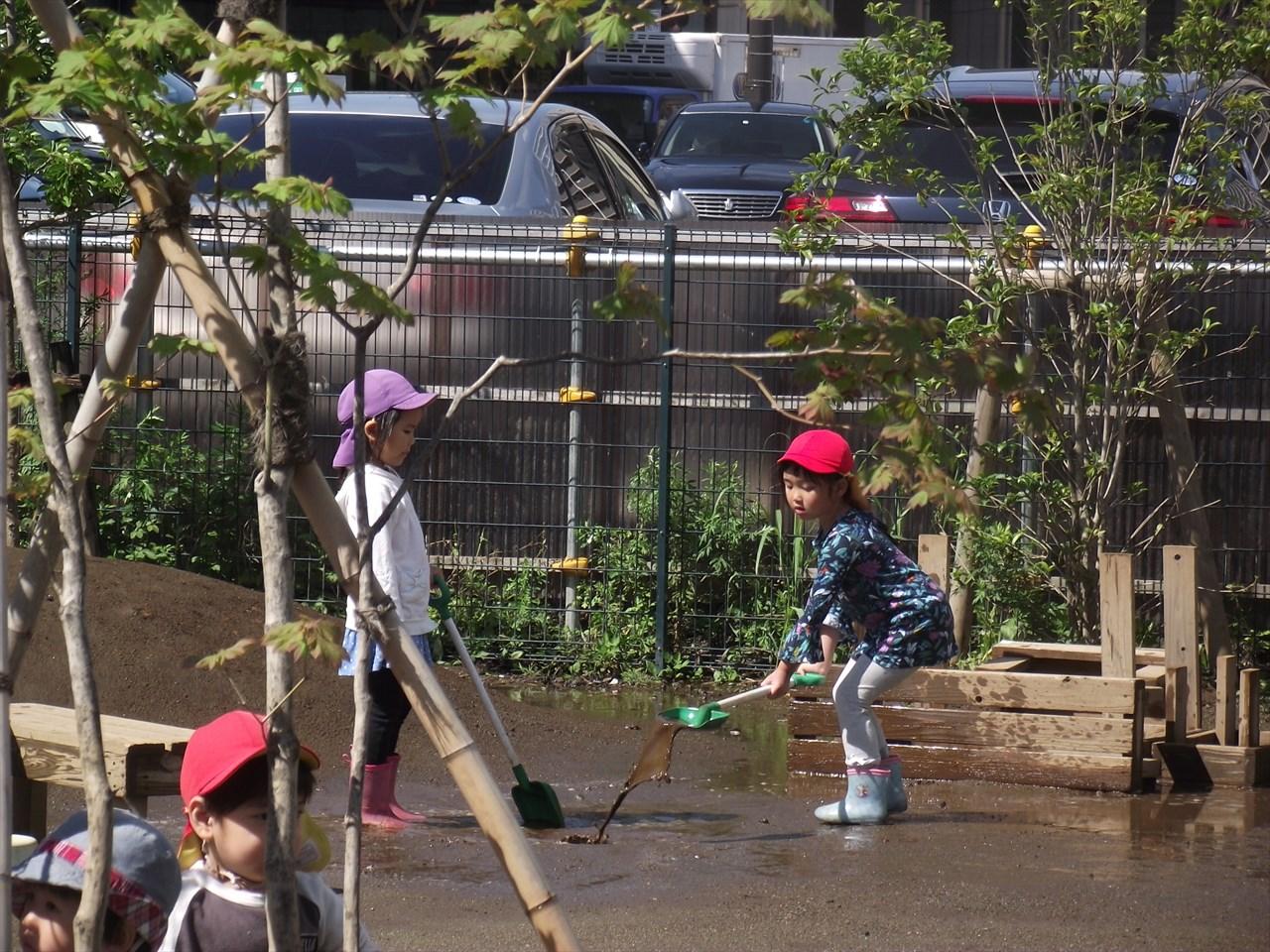 こちらでも・・・自分たちの遊ぶ園庭を、遊びやすいようにしてくれていました。