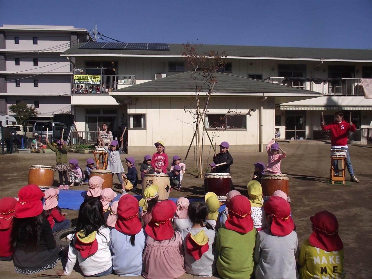 太鼓の音色が園庭いっぱいに広がりました。