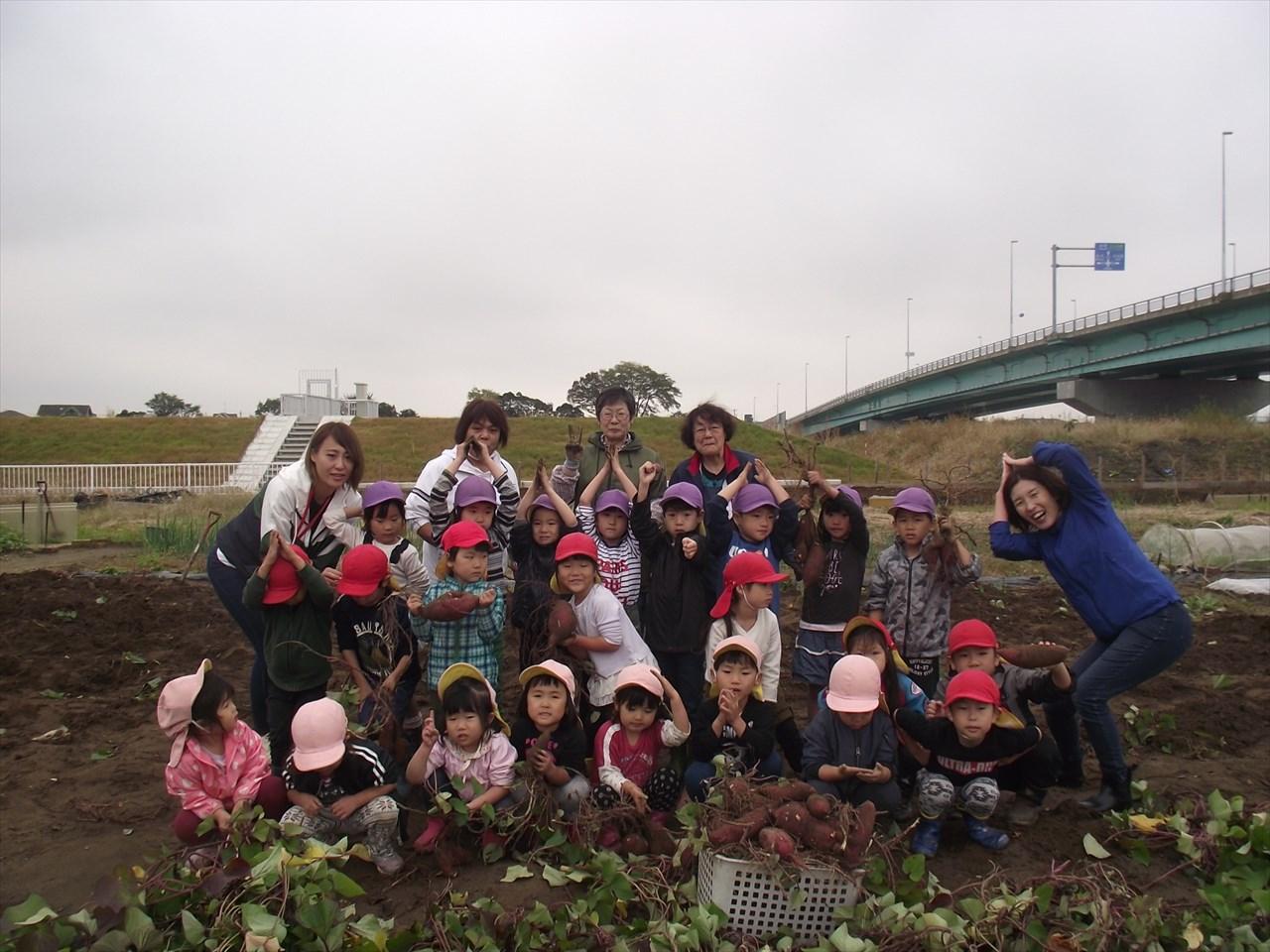 畑のボランティアの大川さんと紺野さんと松岡さんも一緒に