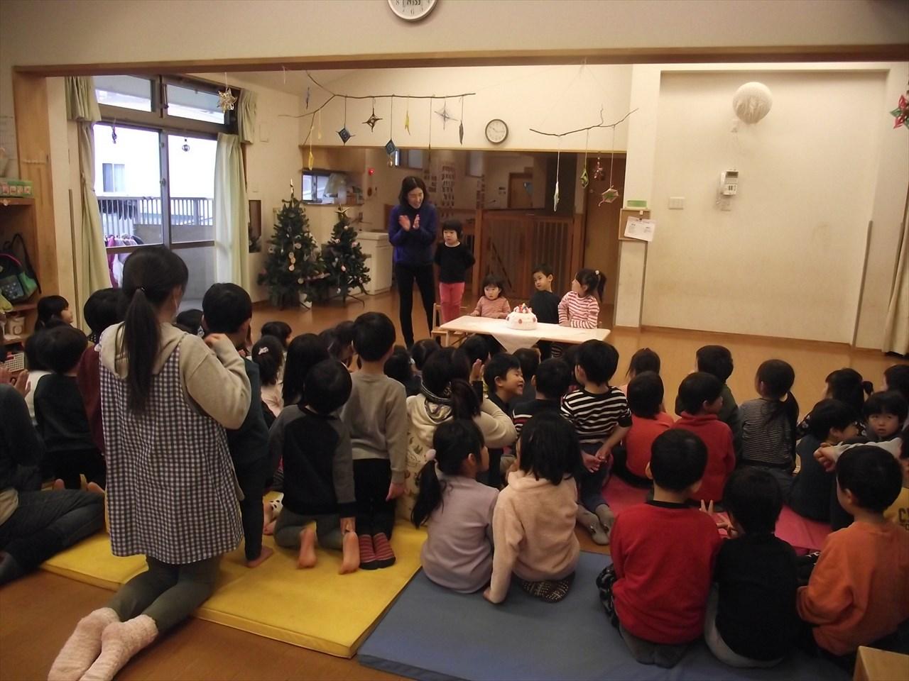 今日はみかん組もかりん組も参加してのお誕生会&クリスマス会を行いました。
