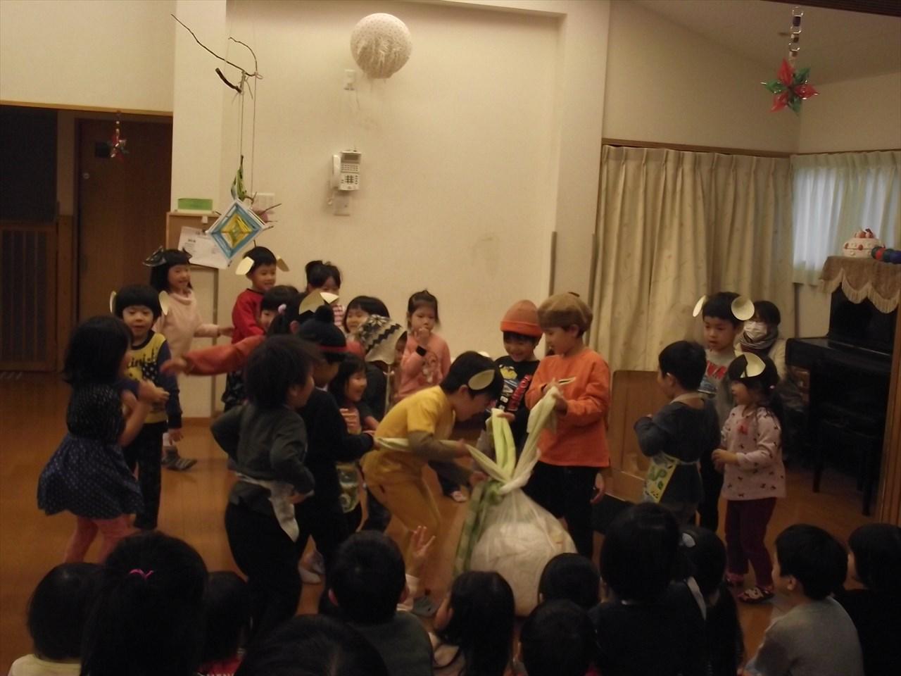 にじグループはおおきなかぶの劇ごっこを披露。