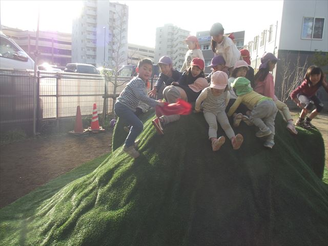幼児さん中心に遊んでいましたが、途中からみかん組も一生懸命のぼっていました。